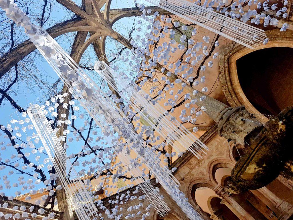 fontaine abbaye de valmagne fleurs en papiers décoration mariage