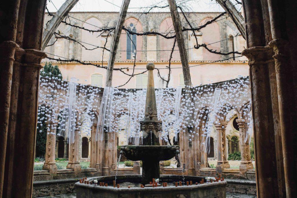 fontaine décorée avec des fleurs en papier abbaye de valmagne